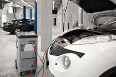 Mekanikerarbete i bil shoppar, reparerar klimat på bilen arkivfoto