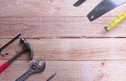 Mekanikerhjälpmedeluppsättning eller sorterade arbetshjälpmedel på träbakgrund arkivfoto