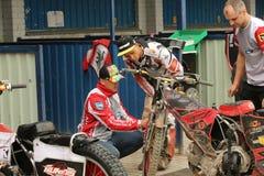 Mekanikern förbereder motorcykeln för lopp Royaltyfri Foto