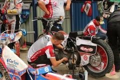 Mekanikern förbereder motorcykeln för lopp Royaltyfri Bild