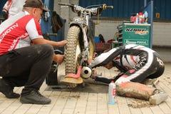 Mekanikern förbereder motorcykeln för lopp Fotografering för Bildbyråer