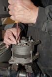 Mekanikern fixar växelströmsgeneratorn Fotografering för Bildbyråer