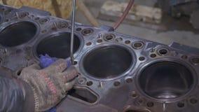 Mekanikern gör ren och reparerar bilens motor arkivfilmer