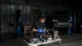 Mekanikern samlar motorn i STO stock video