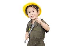 Mekanikerpojke med hjälpmedelskiftnyckeln på isolerad vit bakgrund Royaltyfri Foto