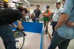 Mekanikerundervisningfolk hur man fixar en punktering Royaltyfria Bilder
