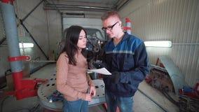 Mekanikervisningkund som problemet med bilen på reparationen shoppar lager videofilmer