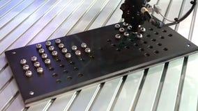 Mekanisk arm för robot som ordnar metallbollar lager videofilmer