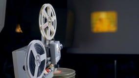 Mekanisk filmprojektor i operation stock video