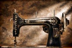 mekanisk gammal sömnad för antik huvuddelgrungemaskin royaltyfria foton