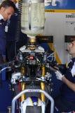Mekanisk påfyllningbensin på BMW S1000 RR med BMW Motorrad GoldBet SBK Team Superbike WSBK Royaltyfria Bilder
