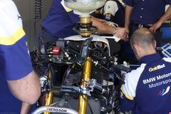 Mekanisk påfyllningbensin på BMW S1000 RR med BMW Motorrad GoldBet SBK Team Superbike WSBK Arkivfoton