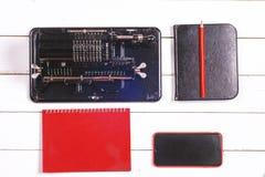 Mekanisk räknemaskin för tappning, anteckningsbok, blyertspenna och modern telefon Royaltyfria Bilder