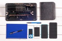 Mekanisk räknemaskin för tappning, anteckningsbok, blyertspenna och modern telefon Arkivfoton