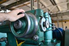 Mekanisk rotation av matningsarbetaren på en metalworking maskin royaltyfria foton