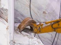 Mekanisk skyffel i handling för marmorextraktion Royaltyfri Foto