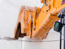 Mekanisk skyffel i handling för marmorextraktion Royaltyfria Foton