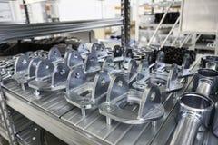Mekaniska kugghjul i metall i lagerhus Arkivfoton