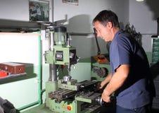Mekaniskt arbete i seminariet på drejbänken royaltyfria bilder