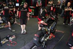Mekaniskt arbete på den Aprilia RSV4 fabriken 1000 med Aprilia som springer Team Superbike WSBK royaltyfri bild
