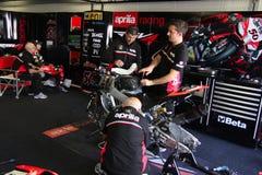 Mekaniskt arbete på den Aprilia RSV4 fabriken 1000 med Aprilia som springer Team Superbike WSBK arkivfoto