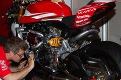 Mekaniskt arbete på Ducati Panigale 1199 R Team Ducati Alstare Superbike WSBK Fotografering för Bildbyråer