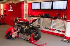 Mekaniskt arbete på Ducati Panigale 1199 R Team Ducati Alstare Superbike WSBK Arkivfoton