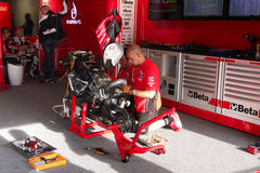 Mekaniskt arbete på Ducati Panigale 1199 R Team Ducati Alstare Superbike WSBK Royaltyfria Foton