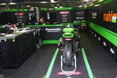Mekaniskt arbete på Kawasaki ZX-10R Kawasaki Racing Team Superbike WSBK royaltyfri bild
