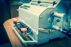 Mekaniskt bearbetar med maskin tillfoga för tappning Fotografering för Bildbyråer