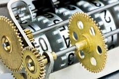 Mekaniskt funktionskort med olika nummer på metallräknarero arkivfoton