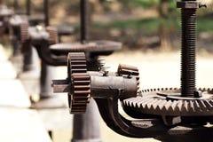 Mekaniskt kugghjul för närbild med ett stort tandat hjul royaltyfri foto