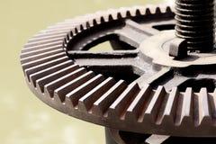 Mekaniskt kugghjul för närbild med ett stort tandat hjul royaltyfri fotografi