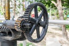 Mekaniskt kugghjul för närbild med ett stort tandat hjul av dammluckan royaltyfri bild