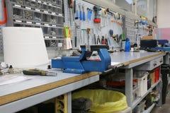 Mekaniskt seminarium för reparationen av cyklar och en stor skruvstäd arkivfoton