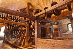 Mekanism av den gammala brunnen i slottet Kufstein (Österrike) Arkivfoton