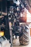 Mekanism av den nya moderna jordbruks- skördetröskan Kugghjul med chain drev, block med drevbälten Arkivfoto