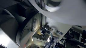 Mekanism av en gammal mekanisk filmprojektor arkivfilmer