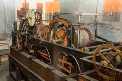 Mekanismen av den gamla klockan royaltyfria foton
