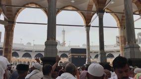 MEKKA-CIRCA MEI 2019: Regenval bij het gebied van Masjid Al Haram na tijdens het vasten maandramadan in Mekka Saudi-Arabië ontvan stock footage