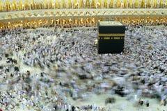 MEKKA - LIPIEC 06: Tłum pielgrzyma circumabulate tawaf Kaaba na Lipu 06, 2011 w mekce, Arabia Saudyjska Pielgrzymi circumambulate Zdjęcia Stock