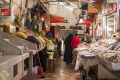MEKNES, ΜΑΡΌΚΟ - 18 ΦΕΒΡΟΥΑΡΊΟΥ 2017: Μη αναγνωρισμένοι προμηθευτές στην καλυμμένη αγορά σε Meknes, Μαρόκο Στοκ εικόνα με δικαίωμα ελεύθερης χρήσης