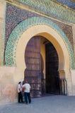 Meknes, Marokko - Augustus 21 2013: Drie niet geïdentificeerde Marokkaanse mensen die voor historische Bab Mansour Gate spreken stock fotografie