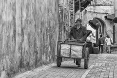 MEKNES, MAROKKO - 18. FEBRUAR 2017: Nicht identifizierter Mann, der in die Straße von Meknes, Marokko geht Meknes ist eins der vi Lizenzfreies Stockfoto