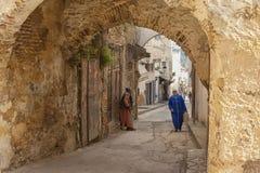 MEKNES MAROKO, LUTY, - 18, 2017: Niezidentyfikowani ludzie chodzi w ulicie Meknes, Maroko Meknes jest jeden cztery Imper Zdjęcia Stock