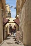 MEKNES MAROKO, LUTY, - 18, 2017: Niezidentyfikowani ludzie chodzi w ulicie Meknes, Maroko Meknes jest jeden cztery Imper Obrazy Royalty Free