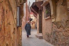 MEKNES MAROKO, LUTY, - 18, 2017: Niezidentyfikowani ludzie chodzi w ulicie Meknes, Maroko Meknes jest jeden cztery Imper Zdjęcia Royalty Free