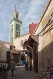 MEKNES MAROKO, LUTY, - 18, 2017: Niezidentyfikowani ludzie chodzi w ulicie Meknes, Maroko Meknes jest jeden cztery Imper Obraz Royalty Free