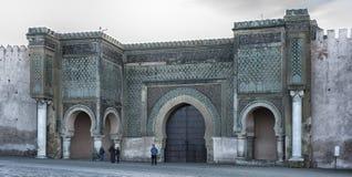 Meknes Maroko, Luty, - 18, 2017: Niezidentyfikowani ludzie przed bramą Baba el Mansour w Meknes Zdjęcie Stock