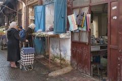 MEKNES MAROKO, LUTY, - 18, 2017: Niezidentyfikowani sprzedawcy przy rynkiem w Meknes Fotografia Royalty Free